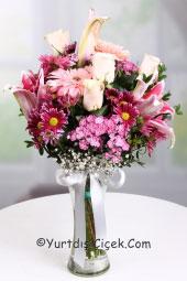 Mevsimin en taze çiçeklerinden hazırlanan dizayn ile yurtdışına pembe tonlarında hoş ve  tatlı bir buket gönderin.