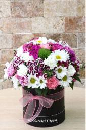 Yuvarlak kutu içerisinde kır çiçeklerinin her renginden hazırlanan aranjman her türlü yaşam ortamını renklendirecektir.