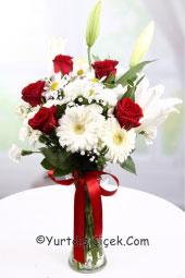 Cam vazoda bembeyaz kır çiçeklerinin sadeliği ve kırmızı gülün cazibesini ona yurtdışında da gönderebilirsiniz.