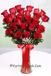 Cam vazoda hazırlanan 24 adet kırmızı gül buketi ile sevginizi en güzel yol ile yurtdışına çiçek göndererek anlatabilirsiniz.
