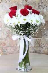 Sevginizi anlatmanın en güzel yolu cam vazoda göndereceğiniz beyaz papatyalar ve 5 gül dizaynı ile olacak.