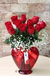 Aşkınızı anlatmanın en güzel yolu kalp cam vazoda göndereceğiniz 11 kırmızı gül dizaynı ile olacak. Yaklaşık Ürün Boyutu : 40 cm