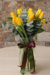 Kadeh cam vazoda hazırlanan renkli kır çiçeği aranjmanı sevdiklerinizi baharın o en cıvıl cıvıl haline götürecek. Yaklaşık Ürün Boyutu : 35 cm