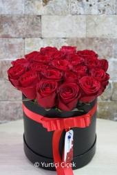 Yuvarlak kutuda kırmızı güllerden hazırlanan özel tasarım aranjman ile sevdiklerinizi çok ama çok mutlu ededbilirsiniz. Not: Kutu ve gül rengi istek ve stok durumuna göre değişebilir.