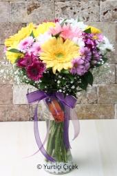 Mevsimin cıvıl cıvıl tüm renklerini içinde barındıran vazolu buket ile sevdiklerinize unutulmaz bir sürpriz yapabilirsiniz. Yaklaşık Ürün Boyutu : 50 cm