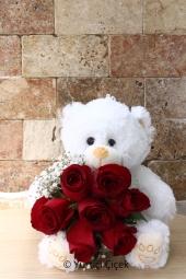 Kalbinizin tek sahibi o ve hediyelerin en güzeli de ona yakışır diyorsanız peluş ayıcık ve kucağında 7 kırmızı gül tam aradığınız ürün. (Peluş model ve rengi stok durumuna göre değişebilir.)Yaklaşık Ürün Boyutu : 25 cm