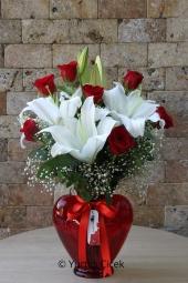 Kalp Cam Vazoda 2 Dal Beyaz Lilyum ve 7 Adet Kırmızı Gülden Buket Sevginizi En Güzel Şekilde Anlatacak.