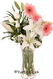 Cam Vazoda Gerbera, Lilyum ve Güllerden buket aşkınızı dile gelmeyen sözcüklerle ifade etmenizi sağlayacak en güzel hediye olacak.