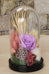Kütükte sarı-lacivert solmayan güller ile aşkınızı anlatacak özel ve anlamlı bir sürpriz yapabilirsiniz.