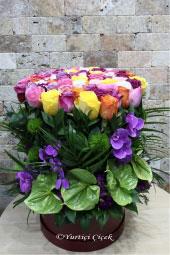 Kadeh cam vazoda mor kır çiçekleri ve beyaz lilyumlardan aranjman ile sevginizin masumiyetini anlatabilirsiniz.