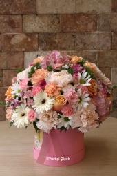 Pembe kutu içerisinde sukulent ve renkli güller ile hazırlanan butik aranjman ile sevdiklerinize unutulmaz bir sürpriz yapabilirsiniz.