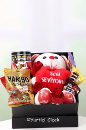 Ona güzel ve anlamlı bir sürpriz yapmak istiyorsanız, kutuda jelibonlar, çikolatalar, cips ve güller tam aradığınız ürün.