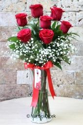 Sevgililer Gününde Ona En Güzel Sürprizi Yapmak İstiyorsanız Vazoda 7 Kırmızı Gülden Hazırlanan Sevgi Dolu Çiçek Aranjmanı Tam Aradığınız Ürün. Yaklaşık Ürün Boyutu : 40 cm