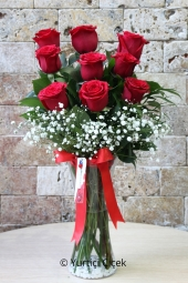 Sevgililer Gününde Ona En Güzel Sürprizi Yapmak İstiyorsanız Vazoda 9 Kırmızı Gülden Hazırlanan Sevgi Dolu Çiçek Aranjmanı Tam Aradığınız Ürün. Yaklaşık Ürün Boyutu : 40 cm