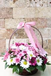 Rengarenk kır çiçekleri ile hazırlanan farklı ve özel tasarım mevsim aranjmanı ile sevdiklerinize hoş ve anlamlı bir hediye gönderebilirsiniz. Yaklaşık Ürün Boyutu : 30 cm