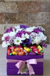 Mor kutuda rengarenk mevsim çiçekleri ile hazırlanan tasarım sevdiklerinizi mutlu etmeye yetecektir.