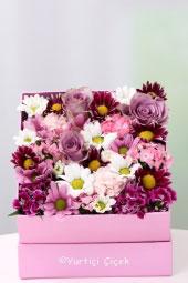 Pembe kutuda rengarenk mevsim çiçekleri ile hazırlanan tasarım sevdiklerinizi mutlu etmeye yetecektir.