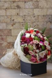 Renkli Kır Çiçekleri Demedi   Renkli papatyalar ve kır çiçekleri sevdiklerinize göndermeniz için en özel şekilde hazırlandı. Sevgi buketi ile kır çiçekleri onu ne kadar sevdiğinizi söyleyecek. Yaklaşık Ürün Boyutu : 40 cm