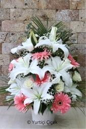 Beyaz Lilyum, Pembe Gerbera ve Beyaz Güller   Şık aranjman dediğinizde aklınıza gelecek çiçeklerdendir lilyum ve güller.