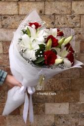 Beyaz Lilyum : 3 Dal, Kırmızı Gül : 6 Adet  Özel günlerin özel çiçekleri olur. Beyaz lilyum ve kırmızı güllerden hazırlanan buket ile ölümsüz anlarınızı taçlandırın.