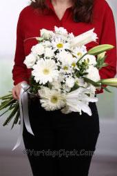 Beyaz Gül, Beyaz Kazablanka ve Beyaz Kır Çiçekleri   Beyazın zarafeti onun için çok özel bir armağan olacak. Beyaz lilyum, beyaz gül ve beyaz kır çiçeklerinden muhteşem demet.