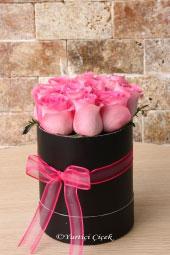Yuvarlak kutu içerisinde 8-10 adet pembe gül ile hazırlanan aranjmanın tatlı ve asil duruşu ile sevdiğiniz için anlamlı bir hediye gönderebilirsiniz.