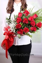 Kırmızı Gül : 11 Adet   Sizin için özel dizayn edilmiş kırmızı güllerden buket aşkınızı anlatmanın en romantik yollarından biridir.