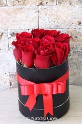 Kutu içerisinde kırmızı güller ile hazırlanan tasarım ile Yurtdışındaki sevdiklerinizi gülümsetmeye ne dersiniz?