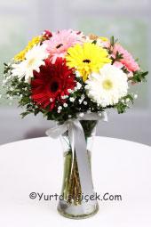 Cam vazoda kır çiçeği demeti   Yurtdışındaki sevdiklerinize hoş ve anlamlı bir armağan vazoda kır çiçeği buketi gönderin.