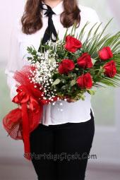 Kırmızı Gül : 7 Adet   Sevdiklerinize çiçek göndermenin en kolay yolu. Narin sevdiklerinize en narin kırmızı güller gönderin.