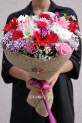 Mevsimde bulunan pembe tonlarda kır çiçeklerinden oluşan muhteşem buket