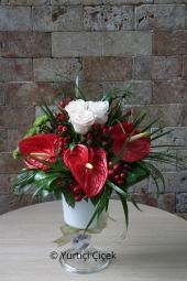 Kadeh cam vazoda antoryum ve güllerden hazırlanan aranjman sevdiklerinize sunabileceğiniz en harika hediyelerden biridir.