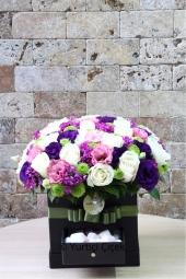 Beyaz Papatyalar ve Kırmızı Güller   Hasretini çektiğiniz sevgilinize sevginizden bir parçayı kalp mikada beyaz papatya ve kırmızı güller ile gönderin. Masumiyet ve aşkınızı ona gösterin. Yaklaşık Ürün Boyutu : 20 cm