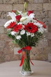 Beyaz Lilyum, Kırmızı Gül, Gerbera ve Kır Çiçekleri   Bir buket çiçek her şeyi anlatabilir Ona. Aşk, sevgi veya özür hangi duyguyu ifade etmek istiyorsanız bu buket ile sevdiklerinize anlatacaksınız. Yaklaşık Ürün Boyutu : 45 cm