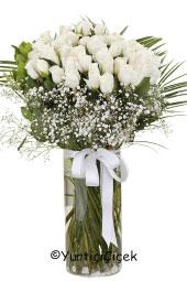 Sevdiklerinize masum bir sürpriz için cam vazoda 31 beyaz gülden hazırlanan aranjmanı gönderebilirsiniz.