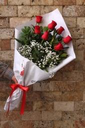 Kırmızı Gül : 7 Adet   Çiçeklerin dilinde sevginin karşılığı kırmızı güldür. Sevginizi 7 kırmızı gülden hazırlanmış kırmızı ambalajlı buket çiçek göndererek gösterin.Yaklaşık Ürün Boyutu : 35 cm